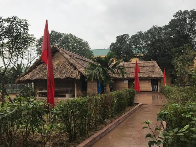 Hai ngôi nhà tranh do cụ Phan Văn Phổ - thân sinh cụ Phan Bội Châu dựng vào năm 1860. Mỗi nhà đều có 3 gian, 4 mái, 2 hồi. 2 ngôi nhà có diện tích lần lượt là 46,11m2 và 42,32m2.