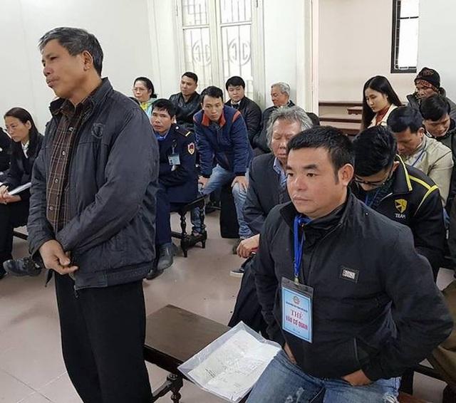 Bị hại Đỗ Đăng Của (đeo thẻ) và người làm chứng Đỗ Huy Thành tại phiên tòa phúc thẩm.
