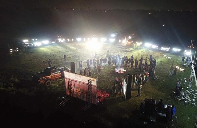 Buổi tiệc vui kéo dài tới đêm. Ánh sáng của bữa tiệc đến từ chính những chiếc xe bán tải.