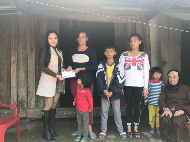 Thay mặt bạn đọc khắp cả nước, chị Thùy Anh đã trao hơn 20 triệu đồng đến chị gia đình chị Lê Thị Hùng.