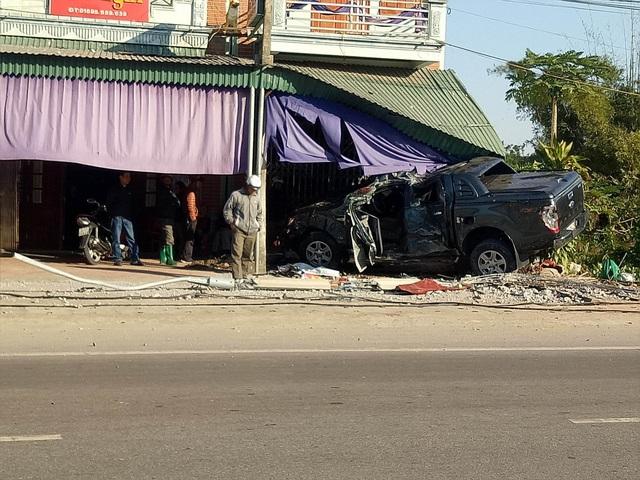 Chiếc xe ô tô húc đổ cột đèn, lao và dân mới chịu dừng lại. Lái xe tử vong sau đó (ảnh CTV)