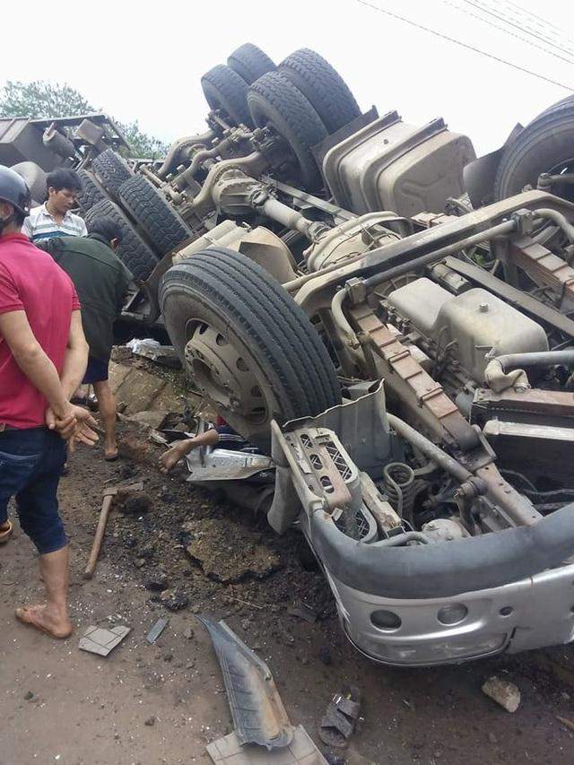 Tài xế và phụ xe tử vong sau vụ tai nạn
