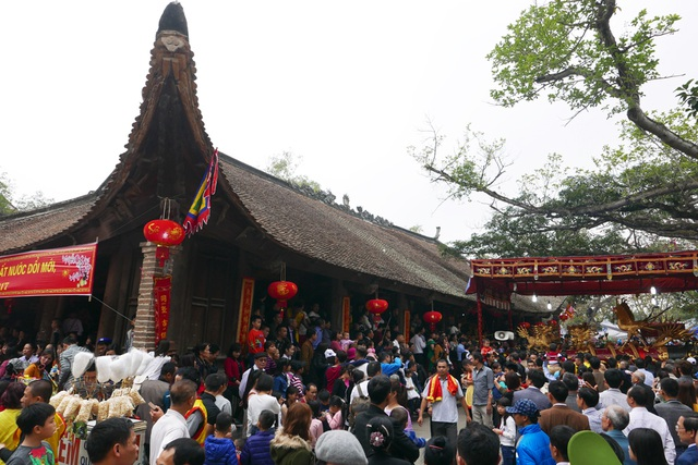 10h, đình làng Đồng Kỵ chật kín người dân đứng chờ đoàn rước về tới nơi làm lễ. Đây cũng là khoảng thời gian người dân hồi hộp chờ đợi được diện kiến 4 ông đám tâm điểm của lễ hội.