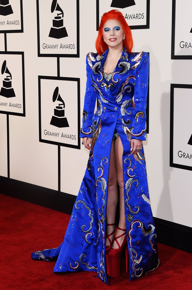 """Tại lễ trao giải Grammy Awards 2016, Gaga tưởng nhớ nam ca sĩ huyền thoại vừa ra đi trước đó ít lâu - David Bowie - với bộ phục trang gợi nhắc phong cách """"màu mè"""" trứ danh của ông thời tuổi trẻ."""