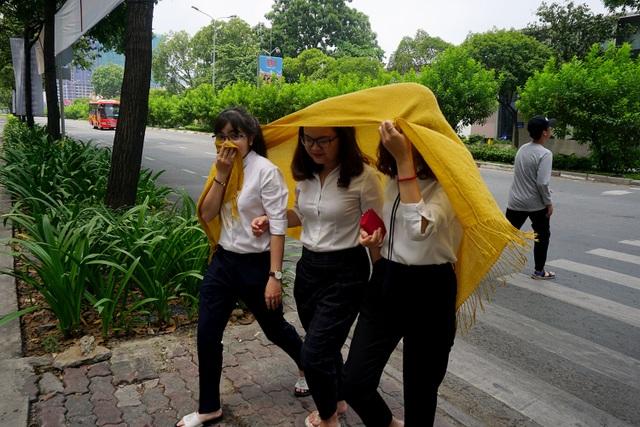 Các nhân viên văn phòng trên đường Tôn Đức Thắng dùng khăn che khi đi ra ngoài.