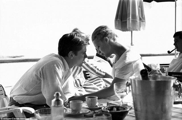 Cặp đôi diễn viên Alian Delon và Romy Schneider trong một khoảnh khắc ngọt ngào bên bờ biển ở Cannes năm 1959.