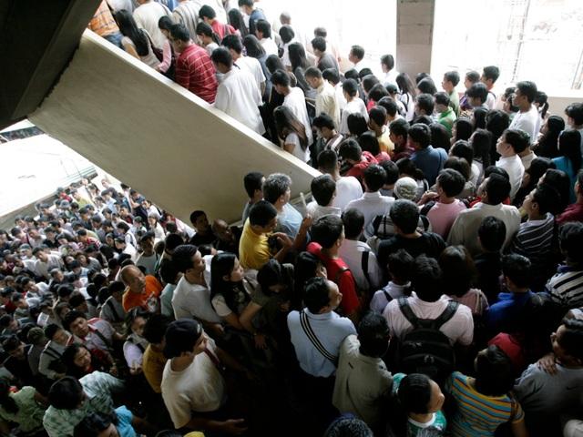 Tỉ lệ sinh nở ở thành phố Manila trung bình ở mức 3,1 trẻ/phụ nữ. Các chuyên gia dự đoán rằng dân số thành phố sẽ tăng gấp đôi vào trước năm 2025, mặc dù có rất nhiều mối lo ngại rằng cơ sở hạ tầng của Manila không thể đáp ứng được mức độ gia tăng dân số chóng mặt như vậy.