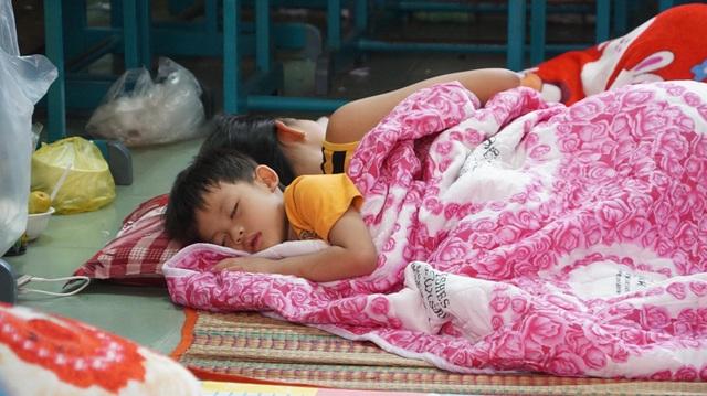 Những đứa trẻ yên giấc tại nơi tránh bão