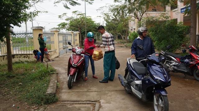 Cán bộ cơ sở chạy khắp nơi để lo từng bữa ăn cho người dân tại các điểm trú bão