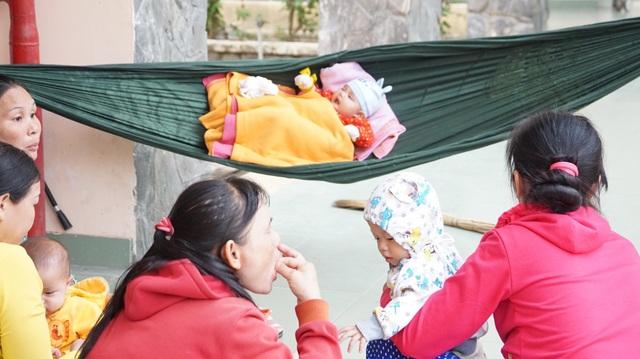 Những đứa trẻ sơ sinh theo mẹ đến nơi trú bão