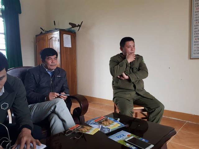Ông Nguyễn Văn Tuấn - Trưởng Công an xã (bìa phải) và ông Đinh Tiến Dũng - Phó Chủ tịch UBND xã Sơn Quang làm việc với báo chí chiều ngày 28/12.