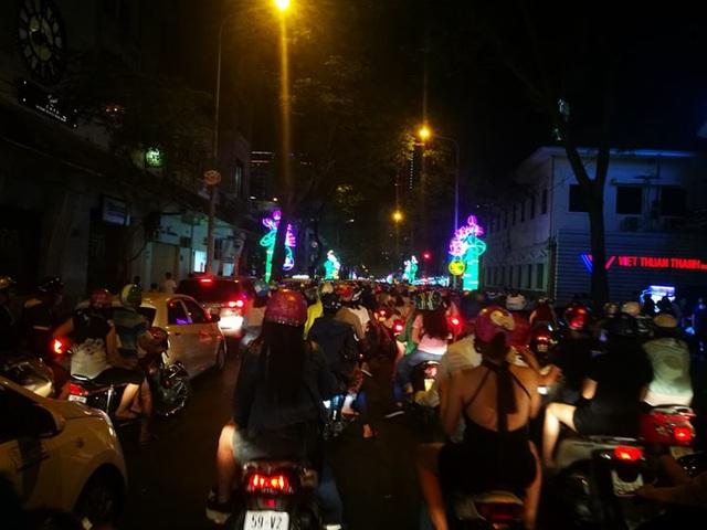 Dòng người đông đúc đang đổ về khu trung tâm (Ảnh Nguyễn Quang)