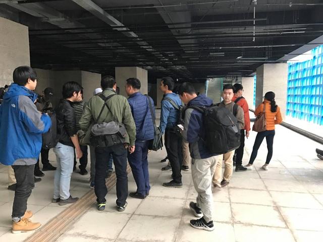 Khá đông PV có mặt tại ga Cát Linh để tìm hiểu về hình vẽ lạ (Ảnh: Trần Thanh)