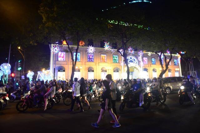 20h, khu trung tâm bắt đầu đông đúc và ùn ứ (Ảnh Nguyễn Quang)