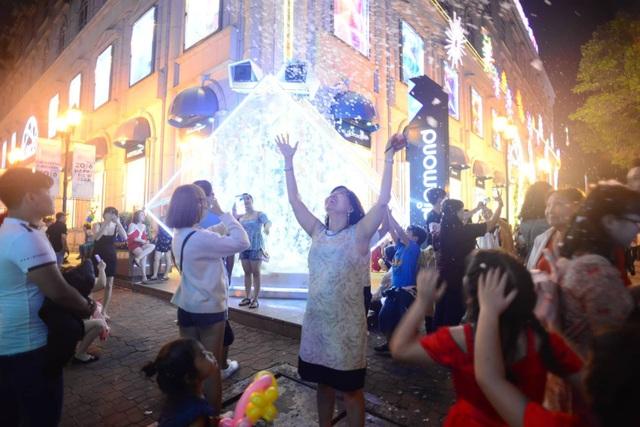 Choáng ngợp trước vẻ đẹp ánh sáng ở Diamond Plaza Sài Gòn (Ảnh Nguyễn Quang)