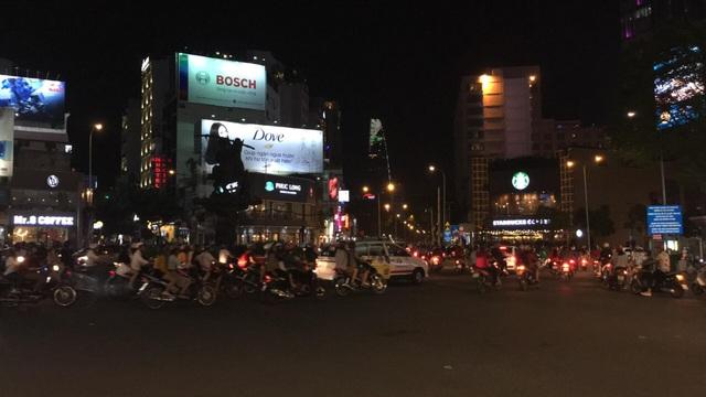 Dòng xe vẫn tiếp tục ùn ùn kéo về trung tâm thành phố (Ảnh: Nguyễn Quang)