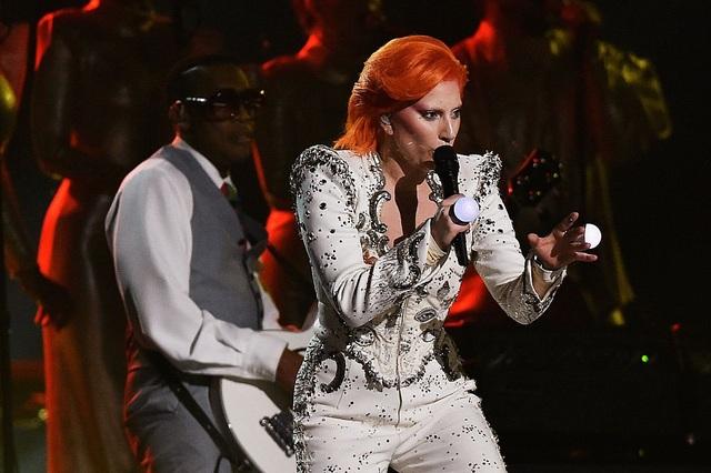 Trong phần biểu diễn tưởng nhớ David Bowie diễn ra sau đó, Gaga chuyển sang bộ suit màu trắng.