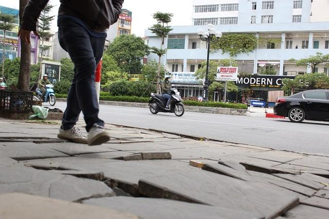 """Hà Nội: Đá lát """"bền vững 70 năm"""" vỡ nát sau hơn 1 năm sử dụng - 8"""