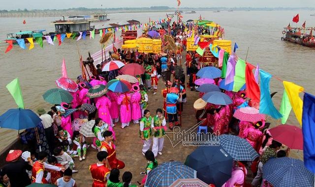 Rất đông người dân tập trung trên xà lan để ra sông chứng kiến nghi lễ lấy nước
