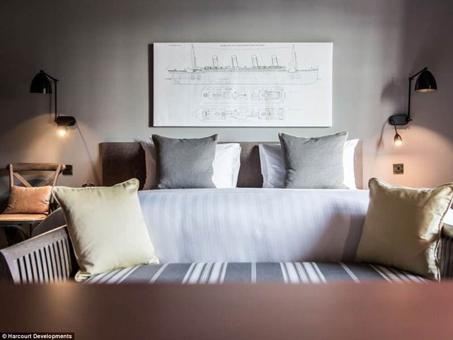 Những hình ảnh đầu tiên lộ diện về nội thất trong phòng ở khách sạn Titanic, nằm ở thành phố Belfast. Đây là phòng thuộc hạng siêu sang trong khách sạn, tương ứng với phòng siêu sang trên tàu Titanic khi xưa. Tranh treo tường là một bức vẽ phác họa tàu Titanic.