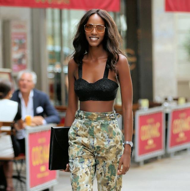 """Người mẫu Leila Nda mặc áo """"bra"""" màu đen và một chiếc quần cạp cao mang phong cách thời trang nhà binh. Phụ kiện của Nda tối giản với chỉ kính mắt và đồng hồ."""