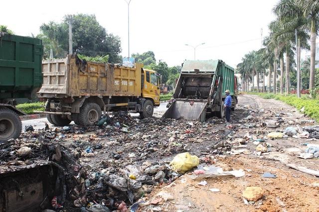 """""""Núi rác"""" ở Hà Nội được thu dọn sau 4 tháng ứ đọng - 6"""