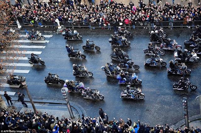 Đoàn rước gồm 700 người lái mô-tô chạy với tốc độ chậm.