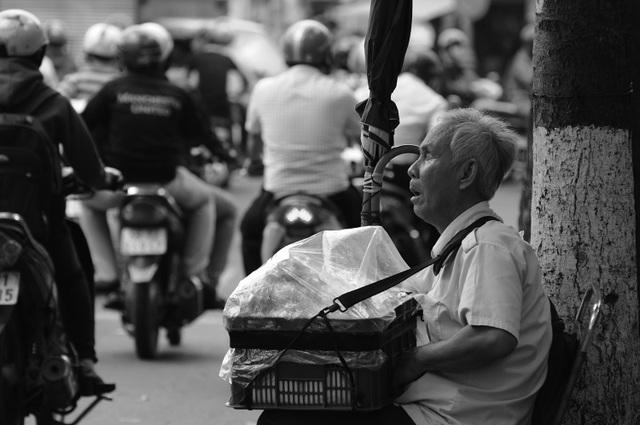 Từ đầu giờ chiều đến tối, ông Quang ngồi ở góc vỉa hè đường Nguyễn Tri Phương, quận 10 để bán bánh.