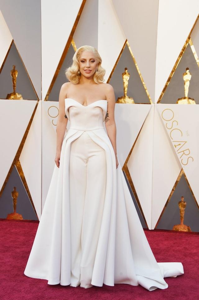 Gaga xuất hiện trên thảm đỏ Oscar 2016.