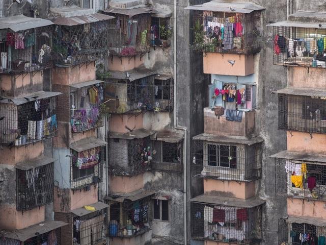 """Mặc dù vậy, Kolkata vẫn chưa chịu áp lực về mật độ dân cư """"khủng khiếp"""" bằng thành phố Mumbai, bởi Mumbai mới là thành phố có mật độ dân cư đông đúc nhất Ấn Độ với trung bình 73.000 người sinh sống trên mỗi diện tích đất 2,5 km2. Mỗi ngôi nhà ở đây đều phải thu nhỏ lại vì cảnh """"đất chật, người đông""""."""