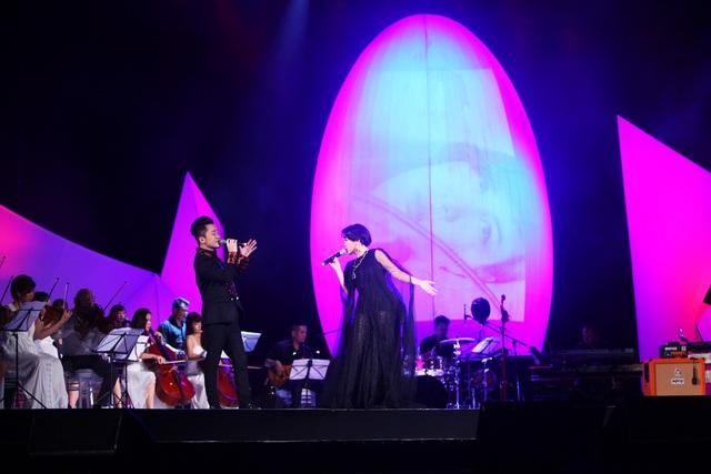 Diva Hồng Nhung nằm ngửa hát, Tùng Dương bật khóc trên sân khấu - 7