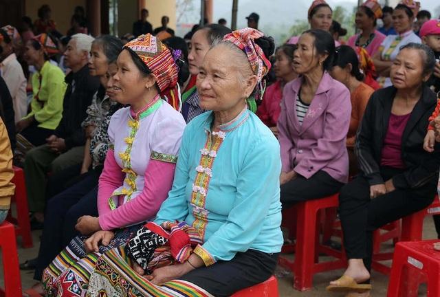 Trưởng Ban Nội chính Trung ương tặng quà, múa lăm vông cùng dân bản - 8