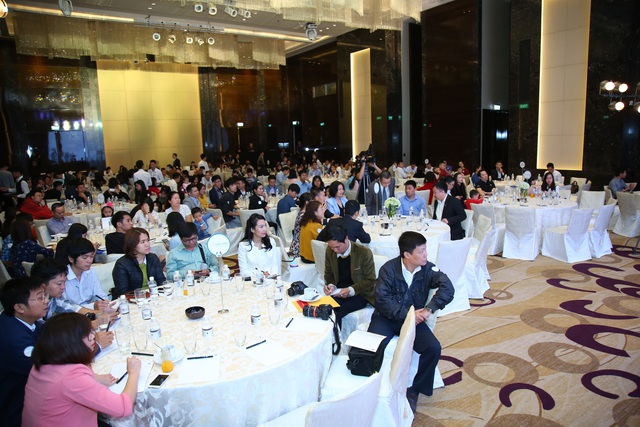 Lễ trao chứng chỉ thu hút sự quan tâm đông đảo của khách hàng và báo chí truyền thông