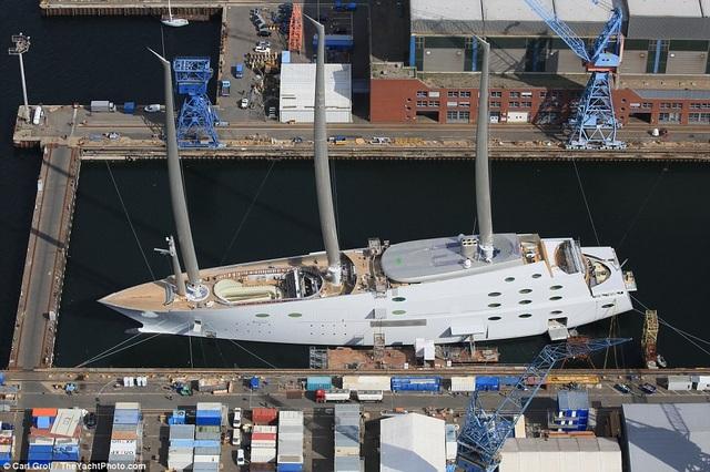 Thuyền dài 142m, riêng phần cột buồm chính cao 91m. Phần cột buồm rộng tới mức nó còn chứa một căn phòng nhỏ bên trong. Du thuyền A có tổng cộng 8 tầng và có một phòng quan sát bằng kính đại dương ở dưới nước rộng 17m. (Ảnh: The Yatch Photo)