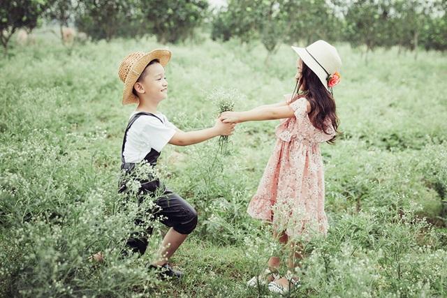 Cặp mẫu nhí cực đáng yêu trên cánh đồng hoa dại - 11