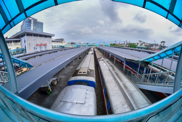 Bên trong sân ga nhìn từ cầu đi bộ bắc qua các đường sắt.  Mới đây, tại hội nghị về an toàn giao thông của thành phố, Thiếu tướng Phạm Xuân Bình (Phó giám đốc Công an Hà Nội) kiến nghị Chính phủ và Bộ GTVT di dời tuyến đường sắt và ga Hà Nội ra khỏi nội thành để giảm ùn tắc và tai nạn giao thông.