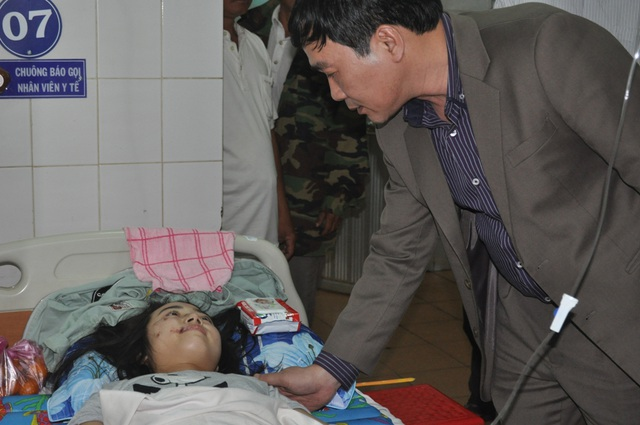 Ông Ngũ Duy Anh, Vụ trưởng Vụ Công tác HSSV - Bộ GD&ĐT đến thăm hỏi các em học sinh đang điều trị tại Bệnh viện Đa khoa tỉnh Gia Lai