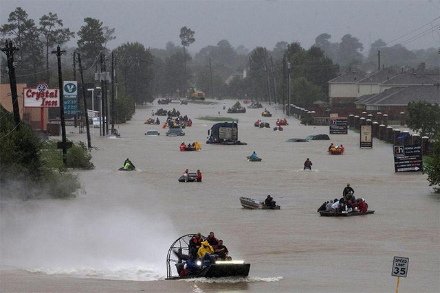 Đường Tidwell Road ở Houston hóa sông sau siêu bão.