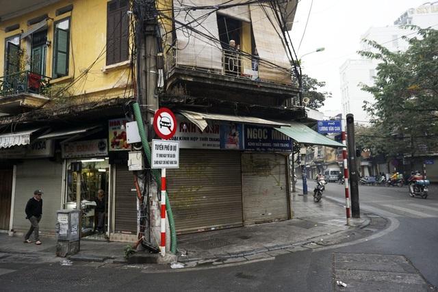 Buổi sáng đầu tiên năm 2017 tại góc phố cũ kỹ Hàng Gai - Lương Văn Can.