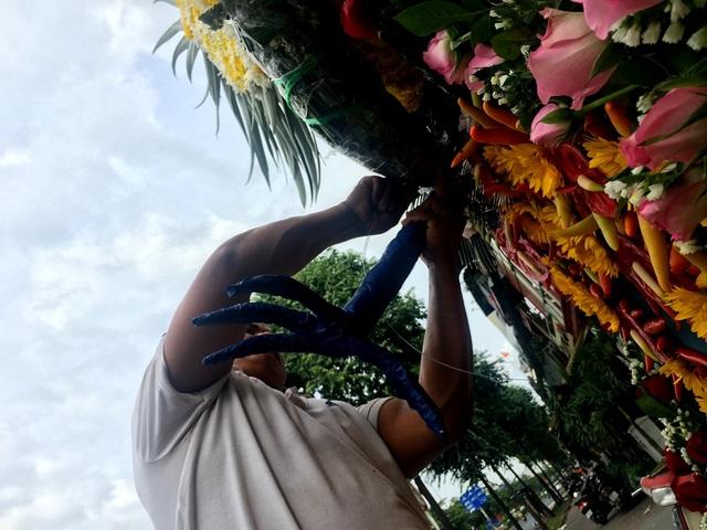 Chân phụng được bó từ thân cây hoa cúc.