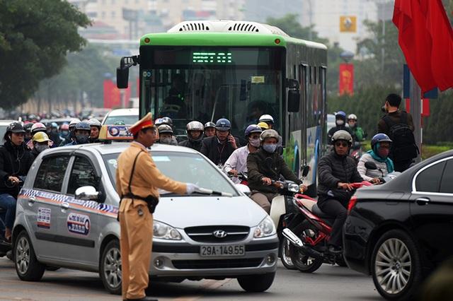 Xe buýt nhanh bị vây giữa biển xe cá nhân trên đường Lê Văn Lương