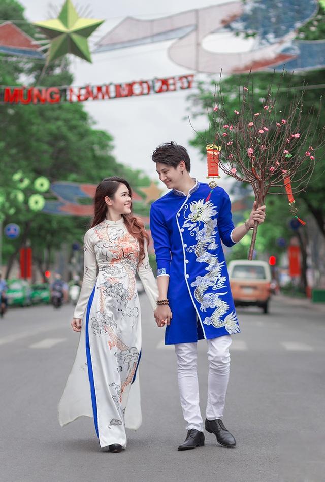 Yêu nhau gần 2 năm, đây là lần thứ 3 Nino về Việt Nam thăm Thơ. Mỗi lần Nino dành khoảng nửa tháng cho tới 1 tháng để ở bên bạn gái.