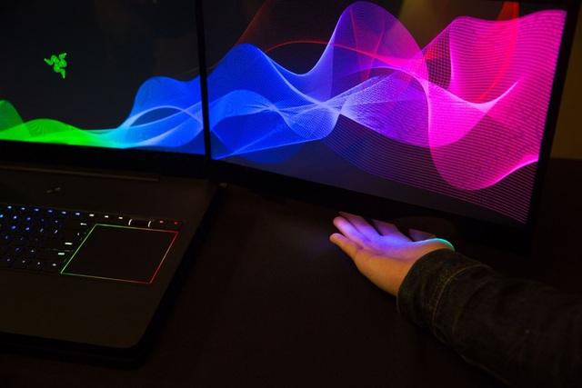 Máy có để hở các khe đèn LED phía bên dưới màn hình để tăng tính chân thực