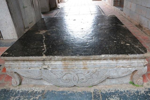 Mặt của 1 trong 3 chiếc sập đá ở Phương Đình đã được mài nhẵn, sáng bóng. Bốn bên được chạm khắc hoa văn tinh xảo.