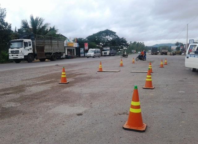 Lực lượng Thanh tra liên ngành ra quân xử lý xe cơi nới thùng, chở quá tải trên QL 19 nhưng bị các nhà xe đánh hơi nên chủ động án binh bất động chờ lực lượng chức năng rút mới hoạt động lại