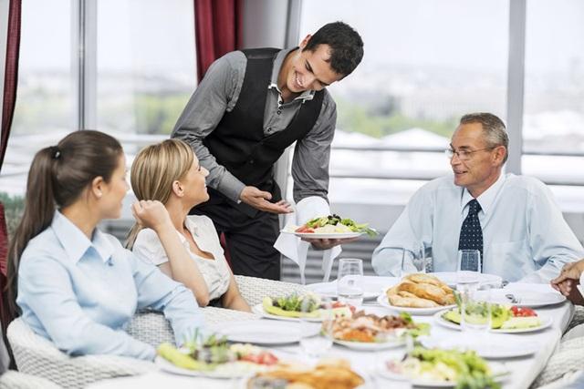 Phục vụ bàn: Lễ, Tết là dịp khách hàng tổ chức các bữa tiệc, Tất niên tăng cao, nên nhu cầu các nhà hàng tuyển thêm phục vụ bàn là khá lớn. Giá trong những ngày này có thể cao hơn trung ngày ngày thường từ 200.000đ - 400.000đ/8h