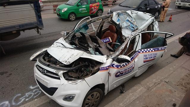 """Hà Nội: Taxi bị """"vò nát"""" trên cầu Thanh Trì, 3 người thoát chết - 5"""