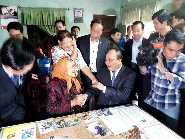 Thủ tướng thăm hỏi Mẹ Lê Thị Trị và người thân của Mẹ
