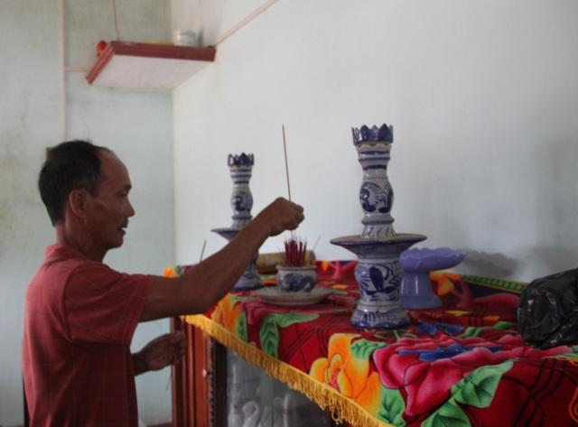 Ngày Tết ông Táo nhưng ông Tiên chỉ thắp hương lên bàn thờ trong ngôi nhà sắp sập nhưng vợ chồng ông liều ở vì chưa xây được nhà mới