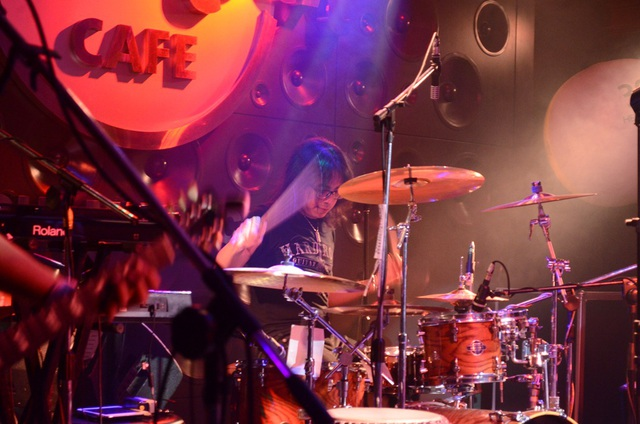 Tay trống Tiji đang độc diễn. Chính sự cuồng nhiệt của khán giả Việt Nam đã tiếp lửa cho các tiết mục của ban nhạc.